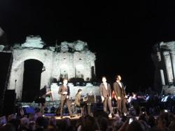 I tre artisti si esibiscono  nel suggestivo teatro Antico di Taormina