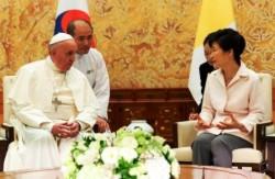 Papa Francesco accolto dalla Presidente della Repubblica di Corea, Park Geun-hye