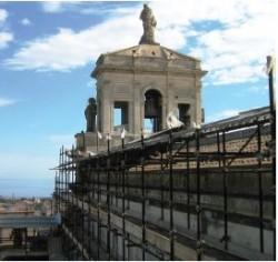 I ponteggi durante la fase del restauro esterno