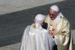 Il saluto tra Papa Francesco e Benedetto XVI