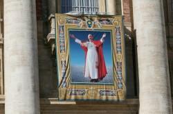L'immagine del nuovo beato, Papa Paolo VI, campeggia sulla facciata della basilica di San Pietro
