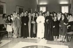Paolo VI con il gruppo dei Laureati Cattolici, dopo l'udienza in Vaticano; alla sua sinistra l'assistente nazionale mons. Emilio Guano