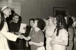 Momenti di colloquio, mano nella mano, tra Paolo VI e Anna Bella