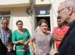 Mons. Nunzio Galantino, segretario generale della CEI, con una famiglia di profughi iracheni