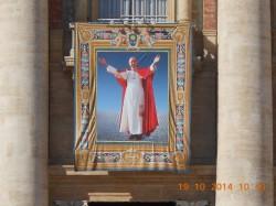 L'effigie del neo-beato esposta sulla facciata della basilica di S. Pietro