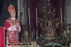 Il vescovo mons. Antonino Raspanti dinanzi alla statua di S. Venera (foto Peppe Campagna)