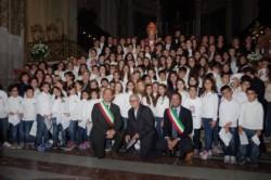 Il grande coro degli studenti e al centro, da sin. Santo Caruso,don Vincenzo lanzafame e Roberto Barbagallo