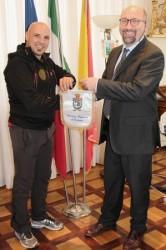 Da sin.lo scalatore Pietro La Rosa e il commissario ad acta, Sergio Azzarello