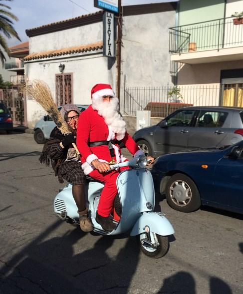 Befana E Babbo Natale.La Befana E Babbo Natale In Vespa 487 X 589 Corretta