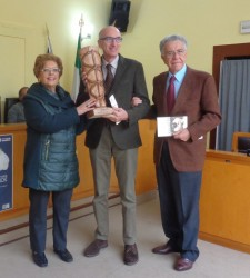 Il prof. Marcello Longo riceve il premio dai proff. Giovanna e Francesco Trimarchi