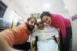 Marica e Jonathan insieme ad un'anziana