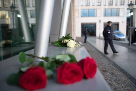 Rose rosse sul luogo della prima strage al giornale satirico