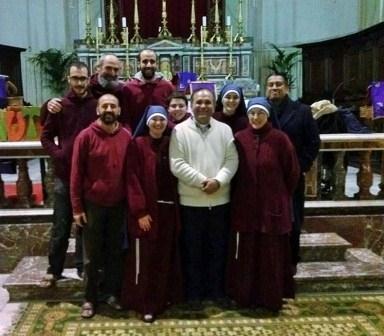 Don Salvatore Cassaniti, il vice parroco Enrique Rodriguez ed i religiosi della comunità