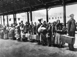 Immigrati in arrivo a Ellis Island agli inizi del XX secolo