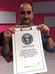 Rosario Catania mostra il certificato del Guiness World Record