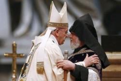 Papa Francesco con il Patriarca armeno Karekin II durante la celebrazione in San Pietro