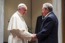 Lo storico incontro tra Papa Francesco e Raùl Castro