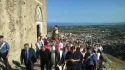 Il corteo si muove verso il castello (foto Salvo Trovato)