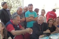 Mons. Galantino con i rifugiati iracheni (foto: Avvenire)