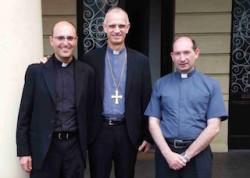 S.E. mons. Antonino Raspanti (al centro) con don Gaetano Pappalardo (alla sua destra) e don Marco Catalano, neo-rettore del Seminario acese