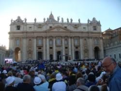 Piazza San Pietro stracolma per la veglia di preghiera