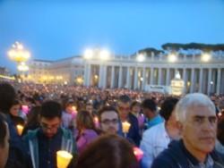 Le 90mila fiaccole che rischiarano piazza San Pietro