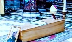 La semplice cassa di legno chiaro con le spoglie mortali di mons. Ignazio Cannavò