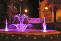 La fontana del Giardino Martoglio illuminata di rosa