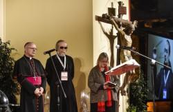 Il momento della preghiera ecumenica. Da sin.: mons. Galantino, padre Blatinskij e la pastora Tomassoni
