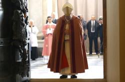 Papa Francesco varca la soglia della Porta Santa in San Giovanni in Laterano