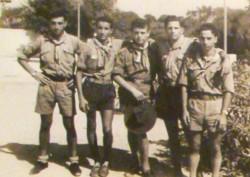 Un giovanissimo Rino Nicolosi (2° da sinistra) in uniforme scout (foto A. Vecchio)