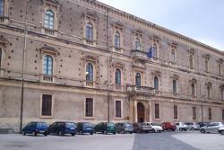 L'imponente edificio del Collegio Pennisi, sede della Scuola Superiore della Pubblica Amministrazione