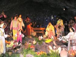Il presepio a grandezza naturale allestito nella grotta lavica di S. Maria della Neve
