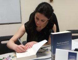La curatrice dell'antologia Maria Pia Risa mentre firma le dediche