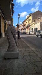 Una statua posizionata in via Roma