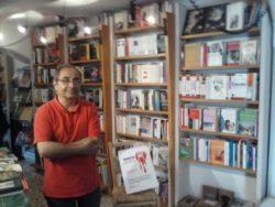 Mario Leonardi all'interno della sua libreria Punto e virgola