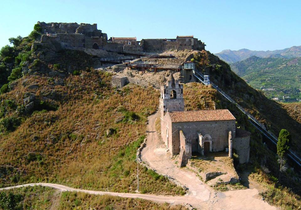Calatabiano / Riapre al pubblico il castello medievale. Decisivi l'impegno della proprietà e lo sprone del vescovo