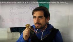 Un primo piano di Daniel Pontili che mostra la medaglia olimpica