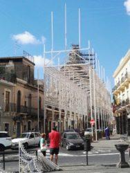 Le luminarie in fase di montaggio in piazza Maggiore
