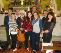 Maria Pia Risa posa con Gesuele Sciacca e la sua band. A sinistra c'è anche il direttore Peppino Vecchio.