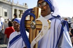 La reliquia di Madre Teresa viene portata in processione all'altare