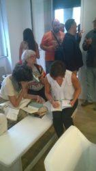 L'autrice mentre firma le copie del suo libro