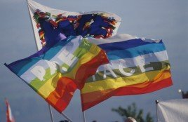 Ai bordi della cronaca / Una notizia mancante… L'assenza delle bandiere arcobaleno di fronte a guerre, muri e indifferenze