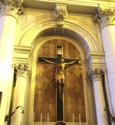 Il bellissimo crocifisso che si trova nella basilica dei Santi apostoli Pietro e Paolo di Acireale