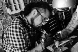 Un tatuatore all'operta