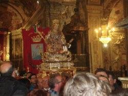Il busto di Santa Venera portato in processione all'interno della Cattedrale