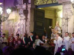 Il Vescovo pronuncia la preghiera di benedizione, ringraziamento e dedicazione davanti al Municipio