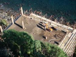 I lavori di smantellamento in corso sulla terrazza dell'edificio