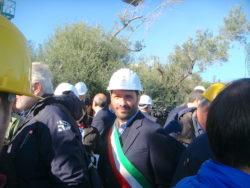 Il sindaco Barbagallo sorridente in mezzo alle autorità ed ai giornalisti
