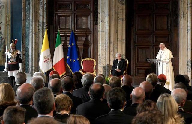 """Papa Francesco al Quirinale / Nell'incontro con Sergio Mattarella ribadita la """"laicità positiva"""" della Costituzione"""